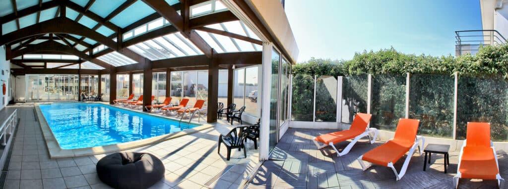 hotel-les-dunes-la-tranche-sur-mer-piscine-solarium-1